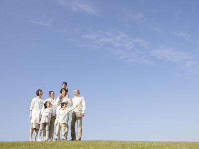 草原で談笑する家族