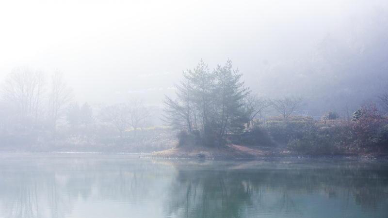 霧がかった湖